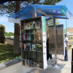 UTCH instala paralibros en parada de autobús para fomentar la lectura