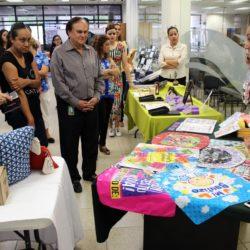 Mujeres emprendedoras exponen sus productos en la UTCH