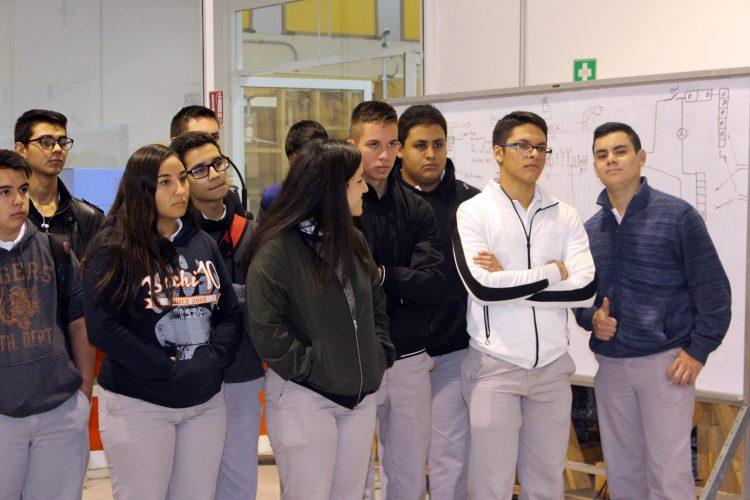 Recorren instalaciones de la UTCH estudiantes del COBACH 10