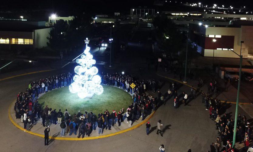 Tradicional encendido de árbol ilumina a la UTCH